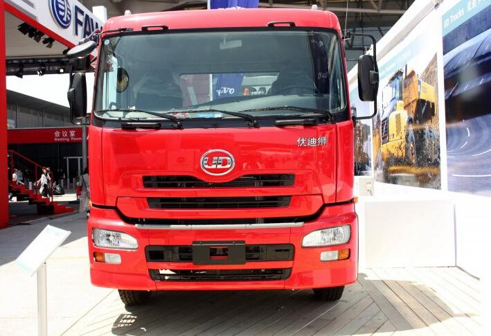 东风日产柴 优迪狮重卡 390马力 6X4 牵引车(全浮高顶驾驶室)